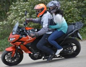 Com ou sem garupa, esta moto se demonstrou leve e ágil