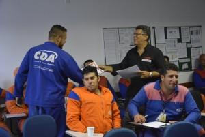 Colaboradores recebendo certificado de participação