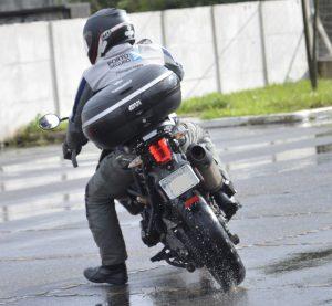 Saídas de curvas, aceleração progressiva para evitar derrapagens