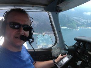 André Penalva, em seu avião. Conduzir um avião é como conduzir uma moto. Tem que ser piloto!