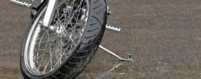 Curvas Em Pista Molhada. Qual Deve Ser A Postura Do Piloto? (uma pequena explicação sobre sulcos dos pneus, tipos de chuva e postura do piloto)