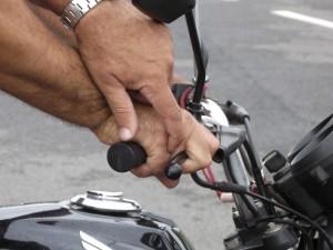Dependendo da regulagem do manete haverá o esmagamento dos dedos