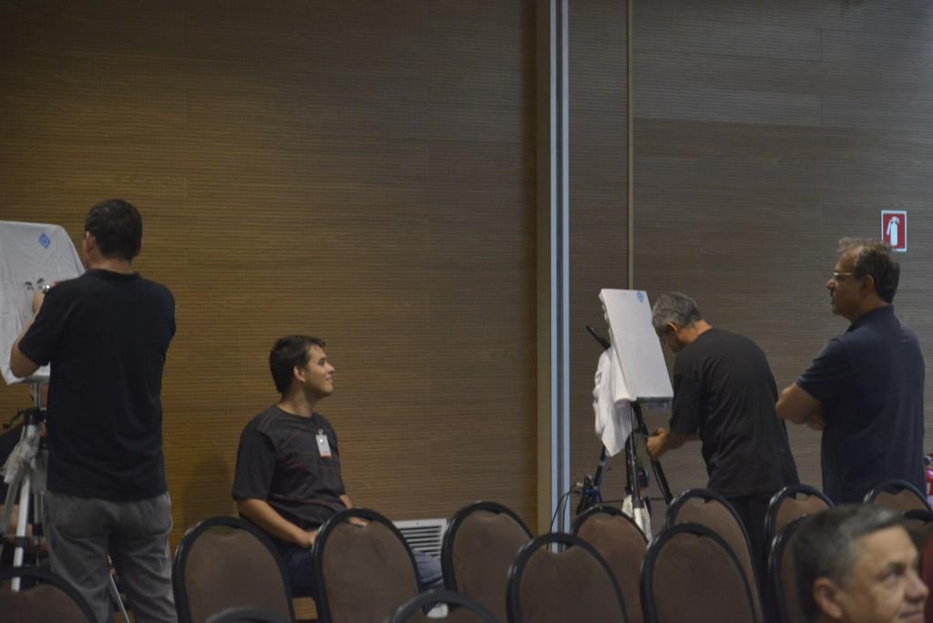 """Com a equipe do Leonardo de caricaturistas a diversão é garantida. Os participantes saem do evento com a camiseta com a """"foto"""" caricaturada. Muito legal!"""